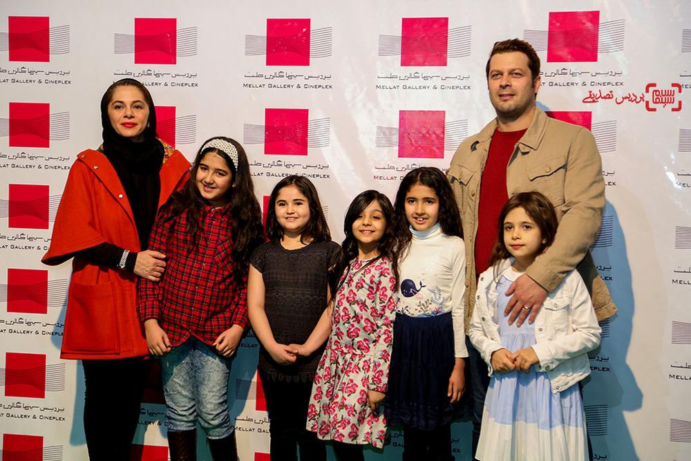 پژمان بازغی در کنار همسرش مستانه مهاجر و دخترشان نفس در اکران خصوصی فیلم «هلن»