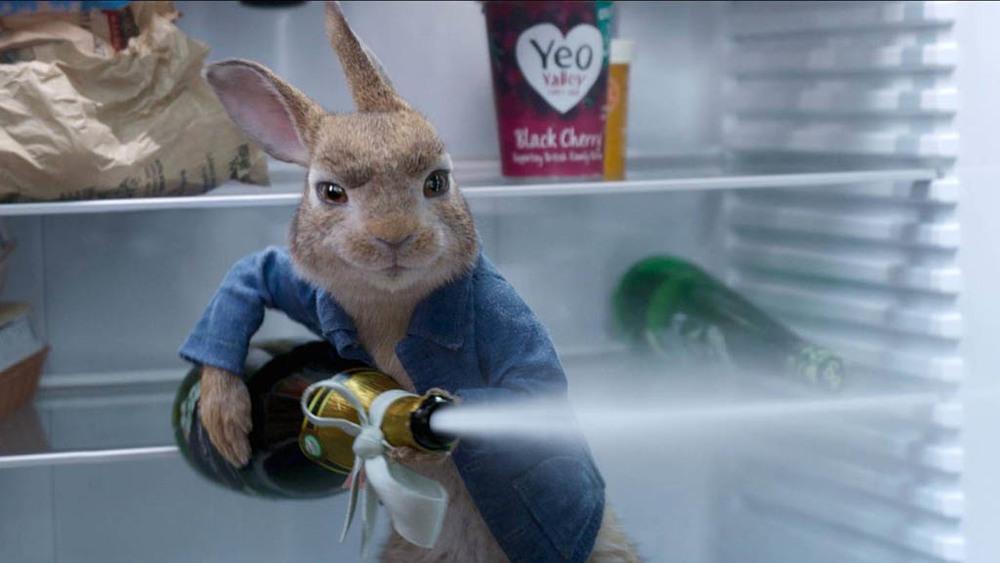 جیمز کوردن در نمایی از فیلم سینمایی «پیتر خرگوشه 2: فراری» (Peter Rabbit 2: The Runaway)