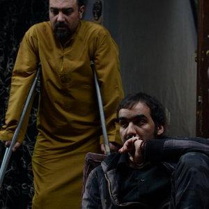 سجاد افشاریان و برزو ارجمند در فیلم «مفت آباد»