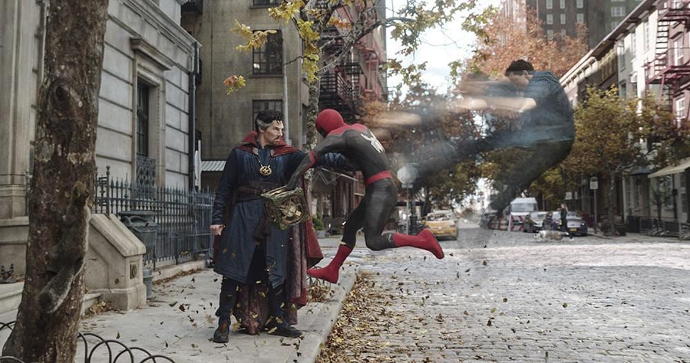 بندیکت کامبربچ و تام هالند در نمایی از فیلم «مرد عنکبوتی: راهی به خانه نیست» (Spider-Man: No Way Home)