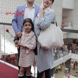 پژمان بازغی و همسرش مستانه مهاجر و دخترشان نفس بازغی در اکران فیلم «بی سایه (یک کامیون غروب)» در جشنواره بین المللی فیلم فجر
