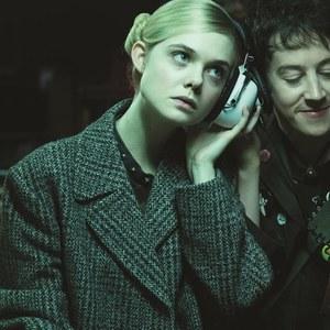 ال فانینگ و الکس شارپ در فیلم «چطور با دخترها در مهمانی ها گپ بزنیم»
