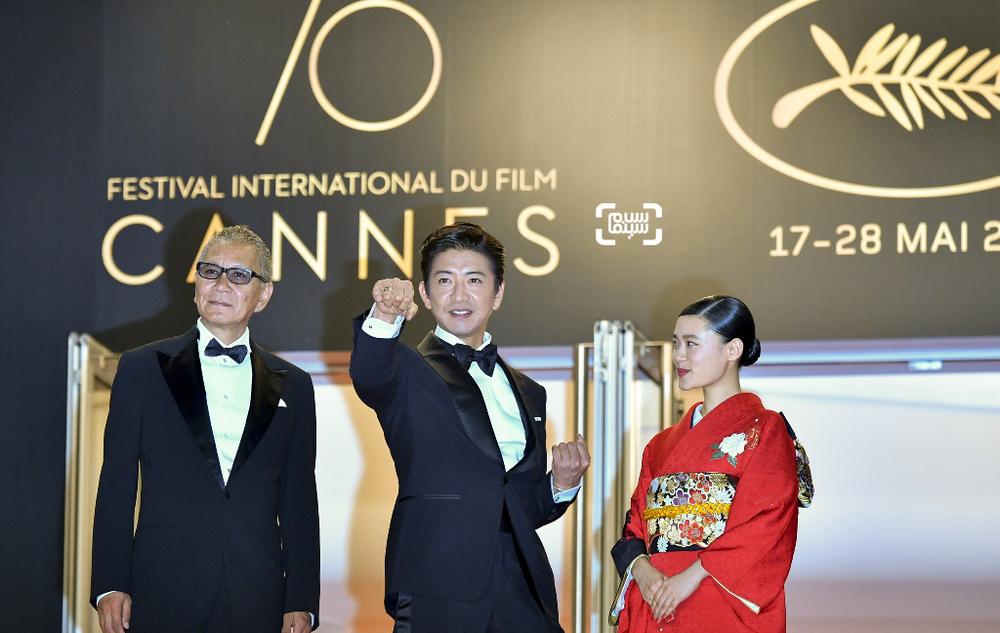 تاکاشی میکه، تاکویا کیمورا و هانا سوگیساکی در فرش قرمز فیلم «تیغه جاودانه»(Blade of the Immortal) در جشنواره کن2017