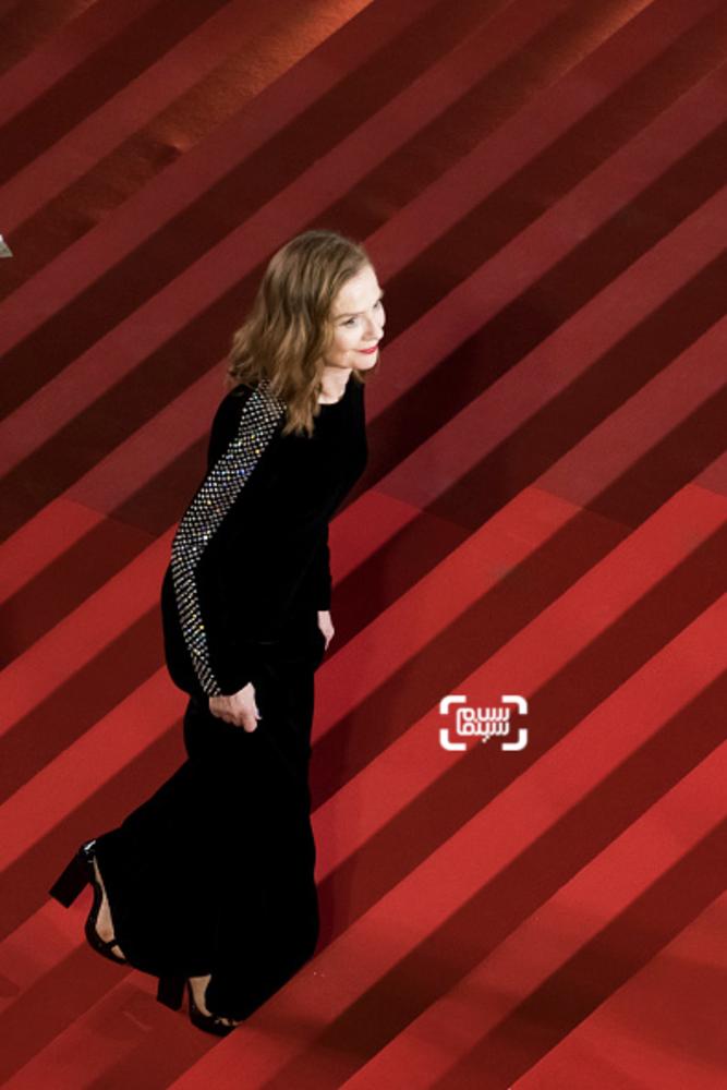 ایزابل هوپر در فرش قرمز فیلم «پایان خوش»(happy end) در جشنواره کن 2017