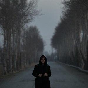 مهراوه شریفی نیا در نمایی از فیلم «پرسه در حوالی من»