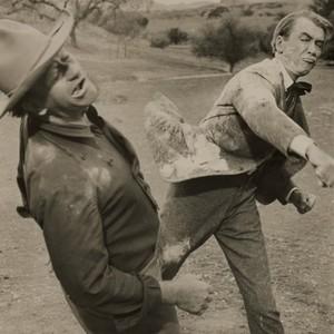 جان وین و جیمز استورات در نمایی از فیلم «مردی که لیبرتی والانس را کشت»(the man who shot liberty valance)