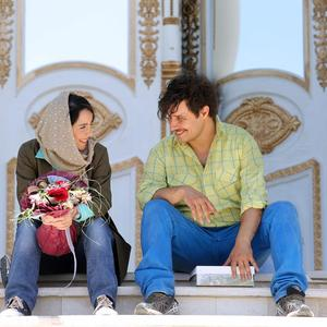 جواد عزتی و نازنین بیاتی بازیگران فیلم «آینه بغل»