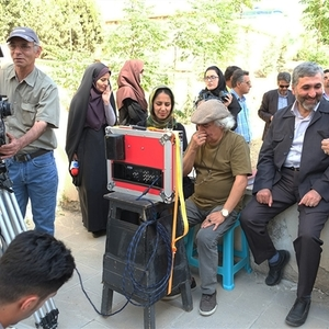 بازدید محمد احسانی از پشت صحنه فیلم این سیب هم برای تو