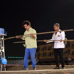 جواد عزتی و محمدرضا گلزار در فیلم «آینه بغل»
