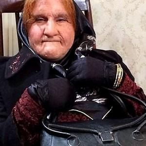 محسن تنابنده در نقش پیرزن در سریال نمایش خانگی «ابله»