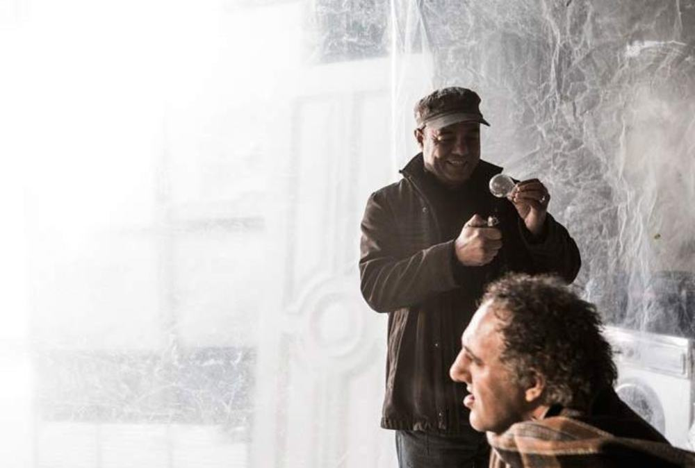سعید آقا خانی در پشت صحنه فیلم «لامپ 100»