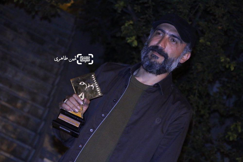 هادی حجازی فر برنده جایزه بهترین بازیگر مکمل مرد برای فیلم «ماجرای نیمروز» در یازدهمین جشن انجمن منتقدان و نویسندگان سینمای ایران