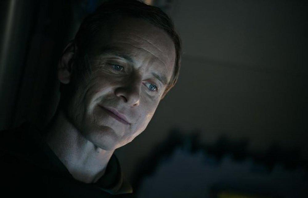 مایکل فاسبندر در نمایی از فیلم «بیگانه: پیمان»(Alien: Covenant)