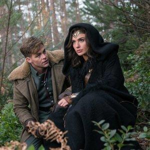 گل گدوت و کریس پاین در نمایی از فیلم «زن شگفت انگیز»(Wonder Woman)