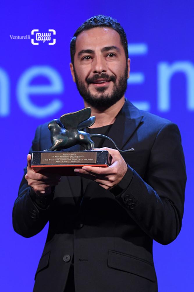 نوید محمدزاده برنده جایزه بهترین بازیگر بخش افقها برای فیلم «بدون تاریخ، بدون امضا» در اختتامیه جشنواره فیلم ونیز