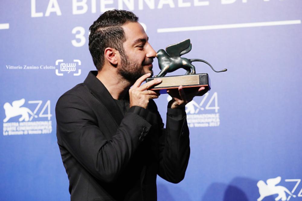 نوید محمدزاده برنده جایزه بهترین بازیگر بخش افقها برای فیلم «بدون تاریخ، بدون امضا» در جشنواره ونیز
