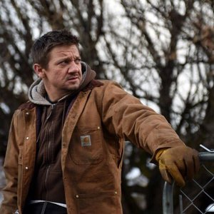 جرمی رنر در نمایی از فیلم سینمایی «رودخانه ویند»(Wind River)