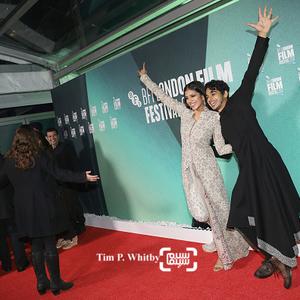 ایشان خاتر و مالاویکا موهانن در اولین نمایش فیلم «آن سوی ابرها»(Beyond The Clouds) در جشنواره فیلم لندن
