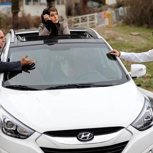 سحر قریشی، فرزاد حسنی و علی مشهدی در فیلم «ثبت با سند برابر است»