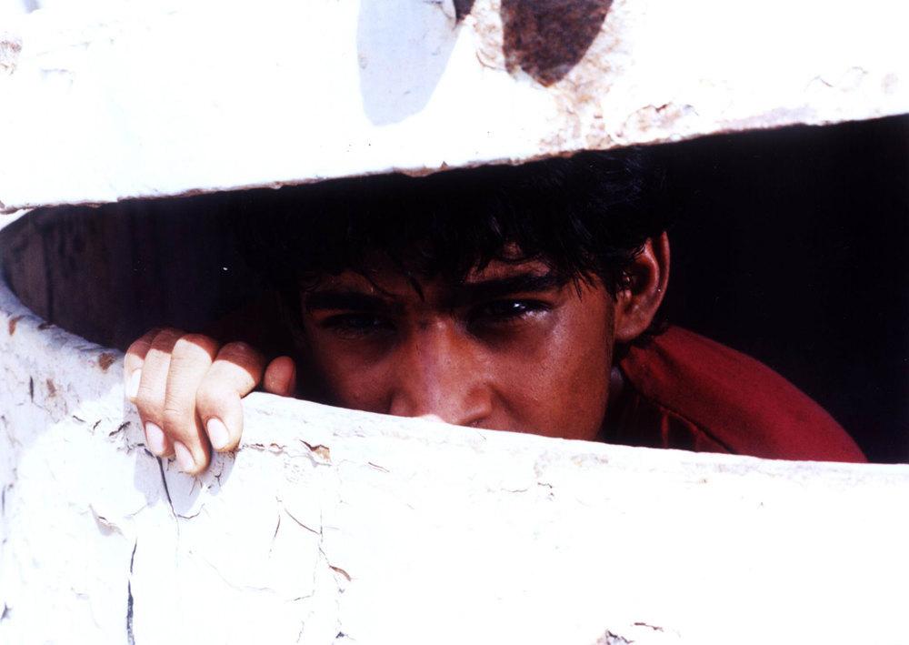 حسین فرضی زاده در نمایی از فیلم «جزیره آهنی»