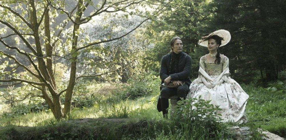 مدس میکلسن و آلیسیا ویکاندر در فیلم «یک رابطه سلطنتی»(A Royal Affair)
