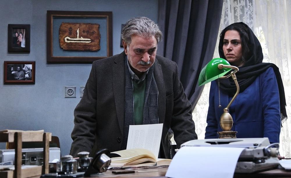 پرویز پرستویی و تینا پاکروان در نمایی از فیلم «خانه کاغذی»