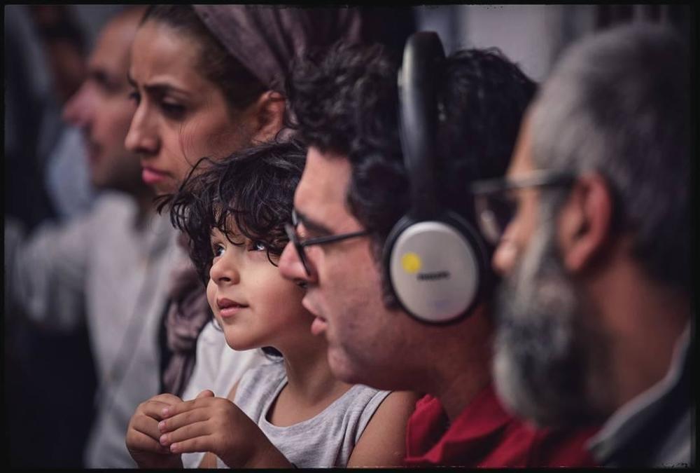 مصطفی کیایی و پسرش کارن کیایی و نفیسه ذاکری پشت صحنه فیلم سینمایی «چهار راه استانبول»