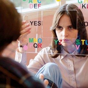 """ادی ردمین و فلیسیتی جونز در نمایی از فیلم """"تئوری همه چیز"""""""