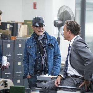 تام هنکس، استیون اسپیلبرگ و مریل استریپ در پشت صحنه فیلم «پست»(Post)