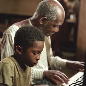 """نمایی از کودکی ری چارلز در فیلم  """"ری"""""""