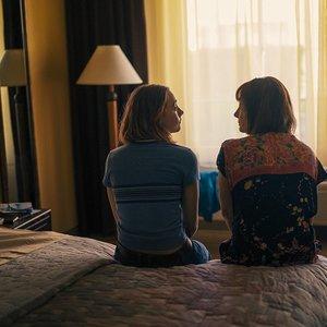 """نمایی از فیلم""""لیدی برد"""" با بازی سیرشا رونان و لوری میت کالف"""