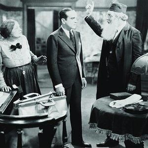"""آل جولسون, وارنر اولاند و یوجینی بسرر در نمایی از فیلم """"خواننده جاز"""""""