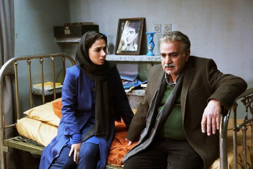 پرویز پرستویی و تینا پاکروان در نمایی از فیلم سینمایی «خانه کاغذی»