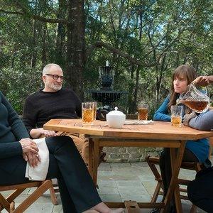 """دنیل کالویا, الیسون ویلیامز, کاترین کینر, بردلی وایتفورد, و بتی گابریل در نمایی از فیلم """"برو بیرون"""""""