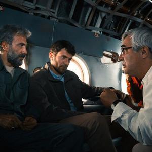 هادی حجازی فر، ابراهیم حاتمی کیا و بابک حمیدیان در پشت صحنه فیلم سینمایی «به وقت شام»