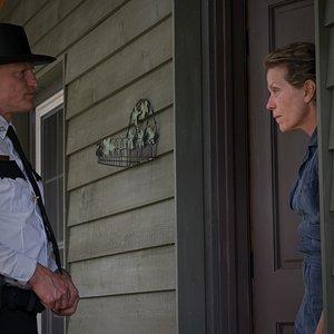 """وودی هارلسون و فرانسیس مک دورمند در نمایی از فیلم""""سه بیلبورد خارج از ابینگ، میزوری"""""""