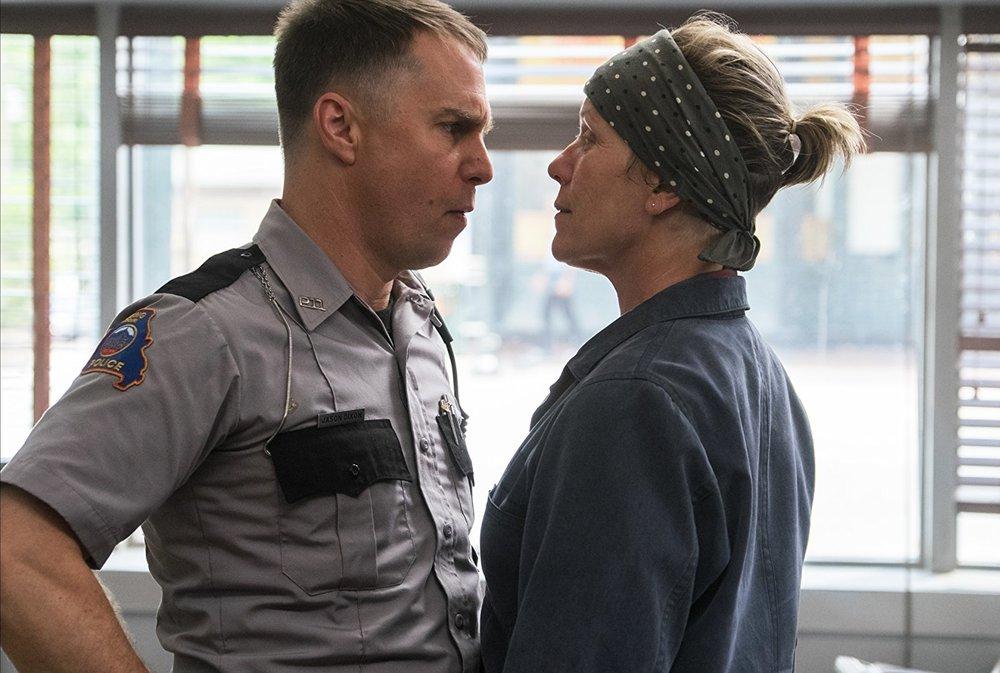 """سم راکول و فرانسیس مک دورمند در نمایی از فیلم """"سه بیلبورد خارج از ابینگ، میزوری"""""""
