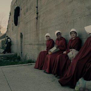 """الیزابت ماس، الکسیز بلدل, جنسا گرانت و بهیا واتسون در نمایی از سریال """"سرگذشت ندیمه"""""""