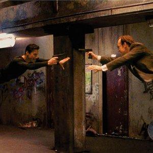 """کیانو ریوز و هوگو ویوینگ در نمایی از فیلم""""ماتریکس"""""""