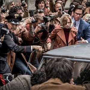 """میشل ویلیامز و مارک والبرگ در نمایی از فیلم"""" تمام پول های جهان"""""""