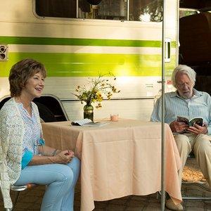 """نمایی از فیلم"""" لذت جو"""" با بازی دونالد ساترلند , هلن میرن"""