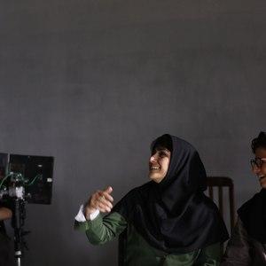 باران کوثری، لیلی رشیدی و سهیل بیرقی در پشت صحنه فیلم «عرق سرد»
