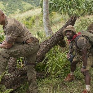 """نمایی از فیلم """"جومانجی: به جنگل خوش آمدید"""" با بازی دواین جانسون, کوین هارت و نیک جوناس"""