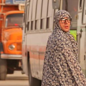 امین حیایی در چادر زنانه در فیلم آتیش بازی