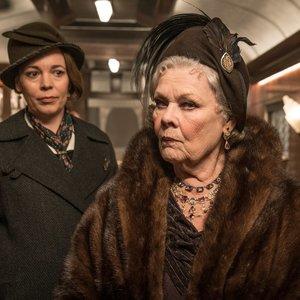 جودی دنچ و الیویا کلمن در فیلم سینمایی « قتل در قطار سریعالسیر شرق »