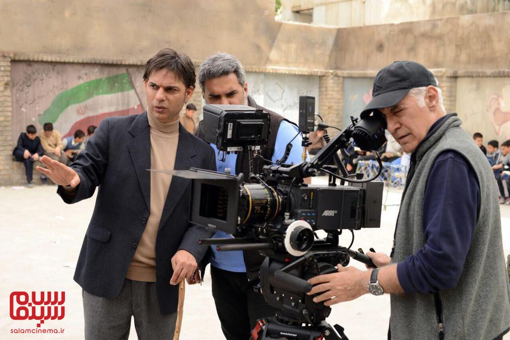 پیمان معادی، محمود کلاری و پسرش کوهیار کلاری در پشت صحنه فیلم «بمب یک عاشقانه»