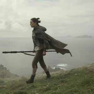 دیسی ریدلی در نمایی از فیلم سینمایی« جنگ ستارگان: آخرین جدای»