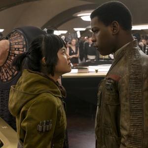 جان بویگا و کلی ماری ترن در نمایی از فیلم « جنگ ستارگان: آخرین جدای»