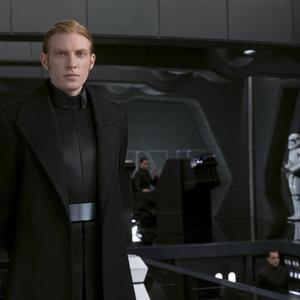دامنل گیلسون در نمایی از فیلم سینمایی اکشن « جنگ ستارگان: آخرین جدای»