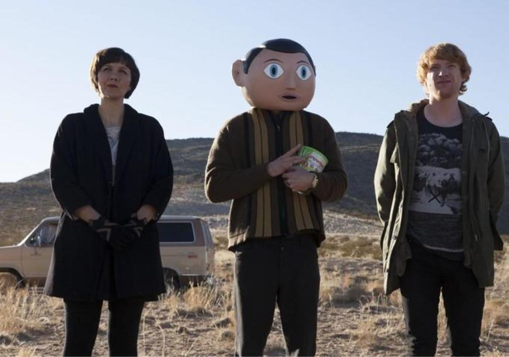 مایکل فاسبندر, مگی جیلنهال و دامنل گیلسون در نمایی از فیلم کمدی« فرانک »